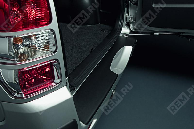 Пленка защитная на порог заднего бампера, черная 990E065J29000